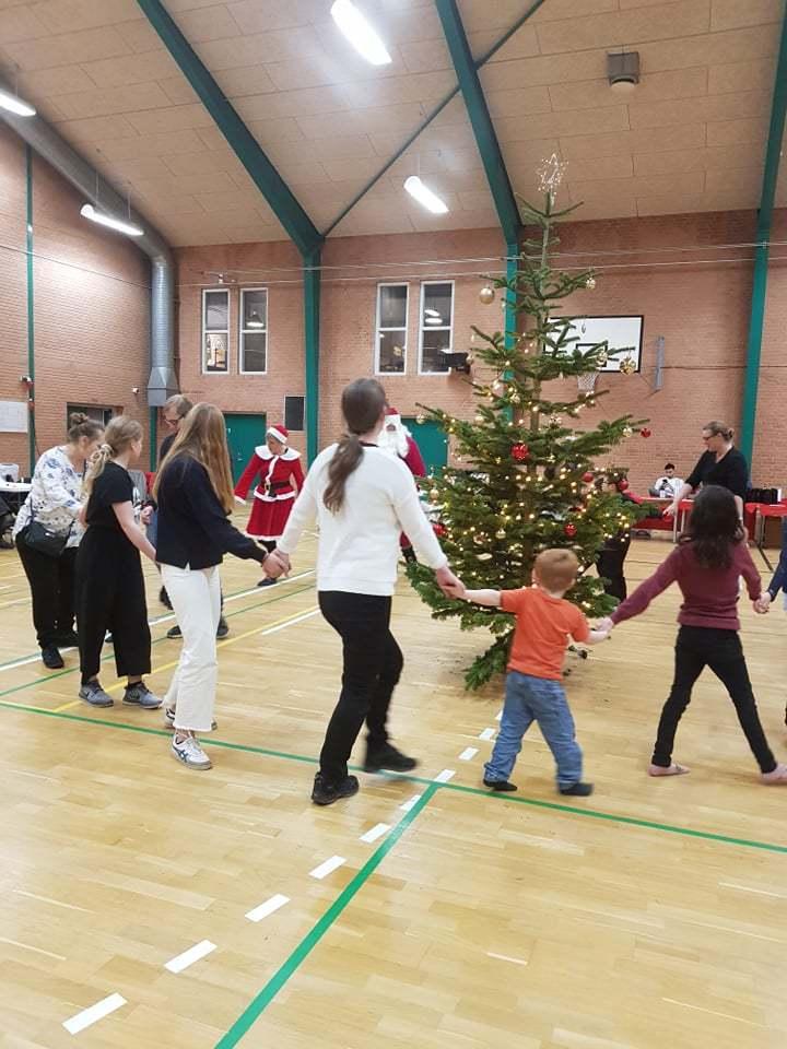 Der-danses-om-juletræet