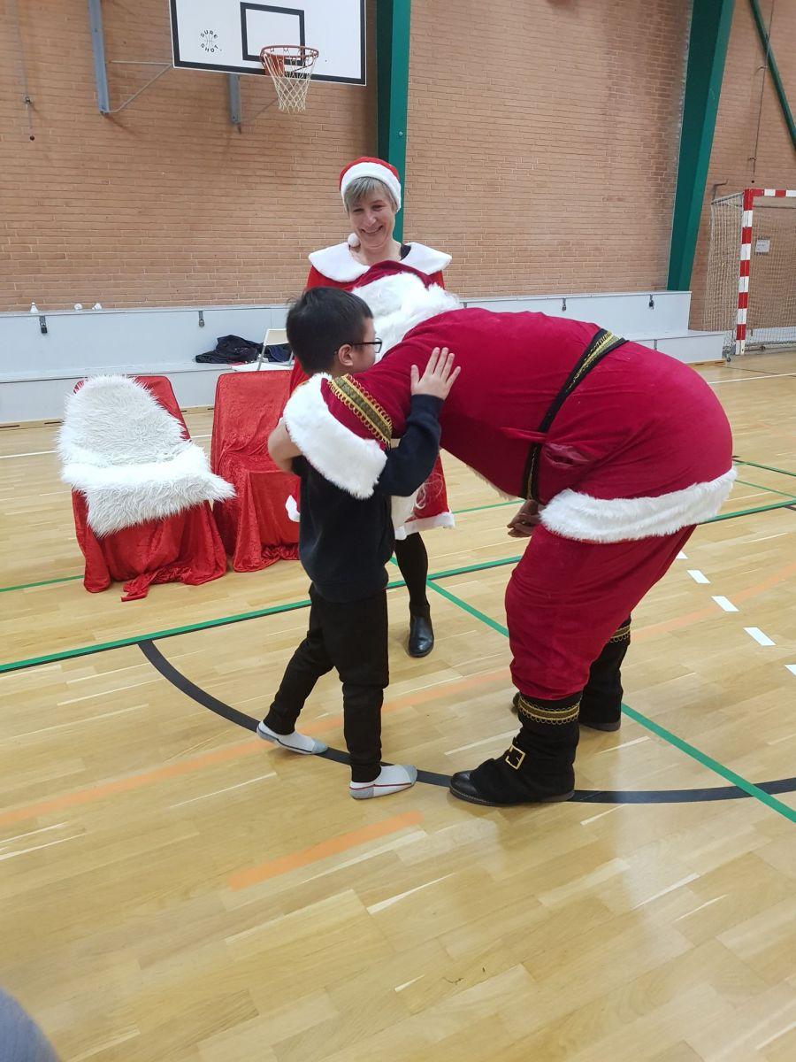 Julemanden giver gerne et kram til børnene